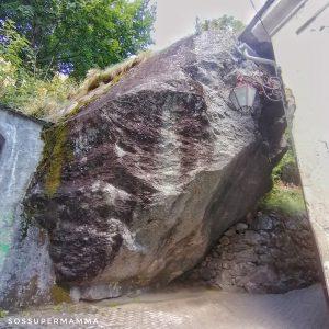 Masso dove inizia il percorso naturalistico - Foto di Sossupermamma -